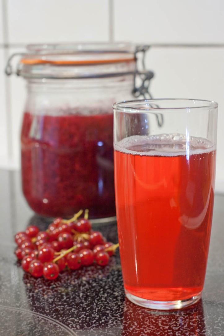 Saft och sylt på röda vinbär
